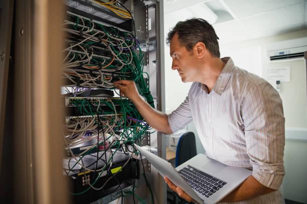 نصب تجهیزات اکتیو داخل رک توسط پسیو کار شبکه