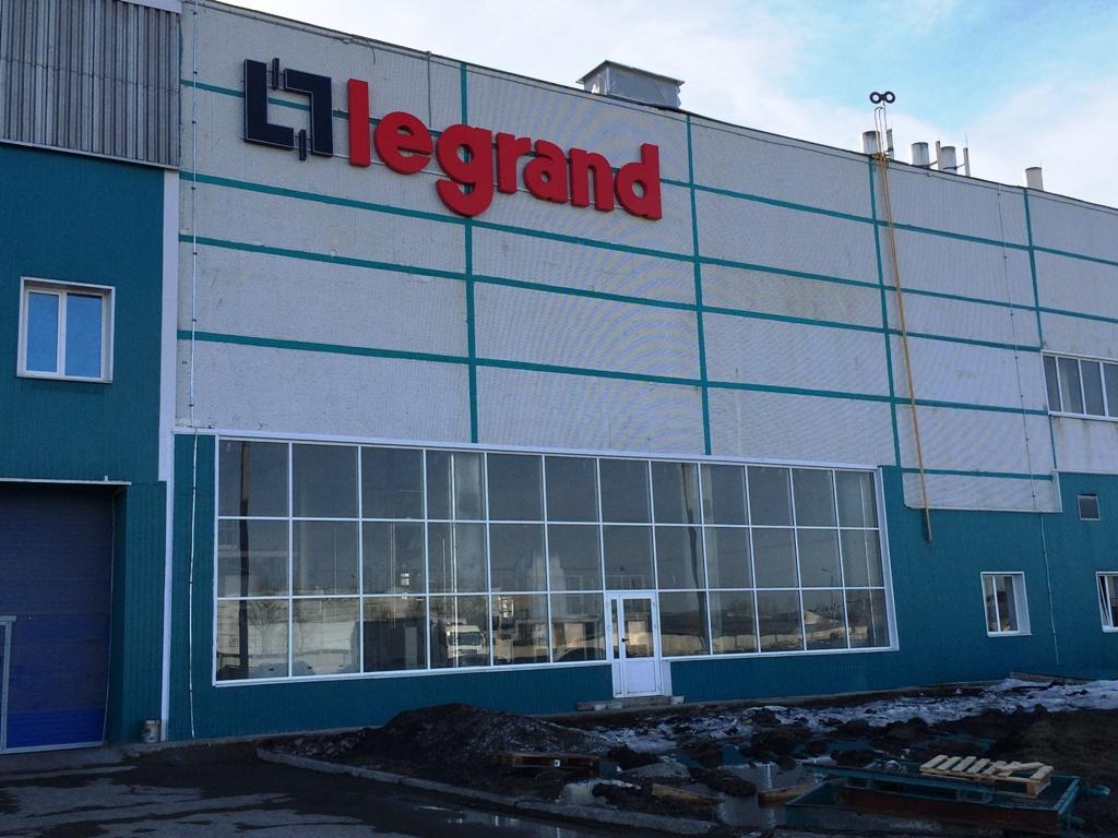 لوگوی لگراند حک شده بر روی ساختمان شرکت لگراند