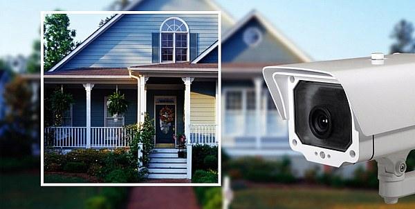دوربین مداربسته تحت شبکه که درب خانه نصب شده