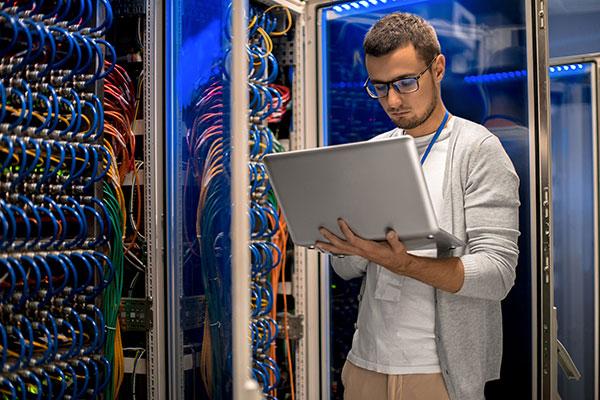متخصص پشتیبان شبکه در حال انجام وظایف